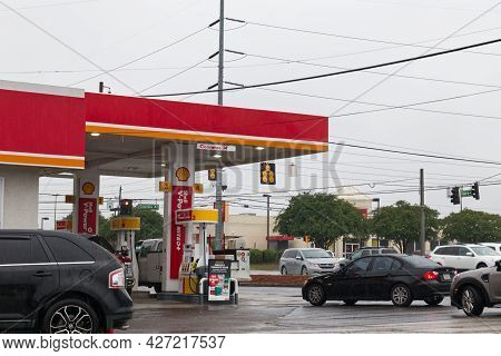 Columbia County, Ga Usa 05 12 21: Circle K Gas Station Panic Lines At The Pump In The Rain Colonial