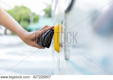 Pay Contactless payment on wallet for vending machine