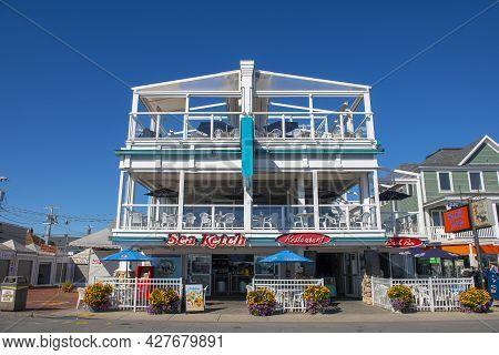 Hampton, Nh, Usa - Sep. 27, 2019: Historic Sea Ketch Restaurant At The Corner Of Ocean Boulevard And