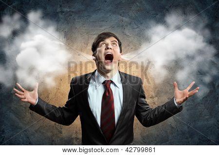 Geschäftsmann in Wut schreien Blätterteig aus Ohren ausgehen
