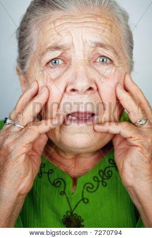 Mujer Senior asustada y preocupada con las arrugas
