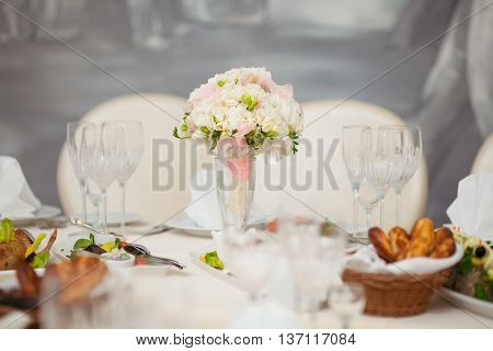 a beautifully decorated banquet hall for wedding