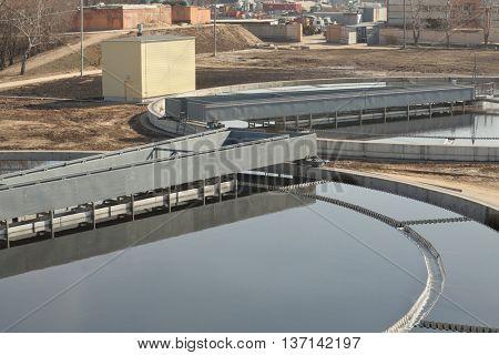 sludge scraper, Along rails in circle rotates - it separates sludge