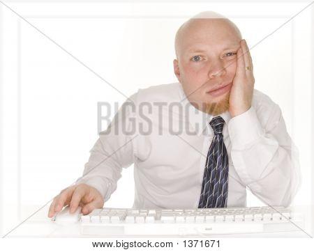 Pantalla de ordenador de hombre de negocios frustrados
