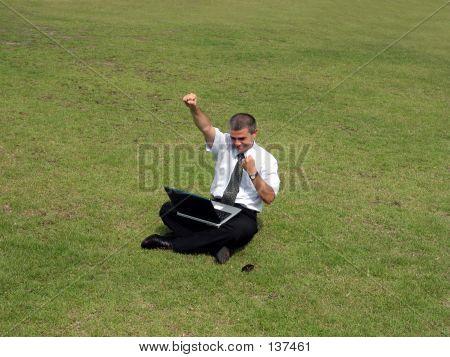 Uomo felice con il Computer nel campo