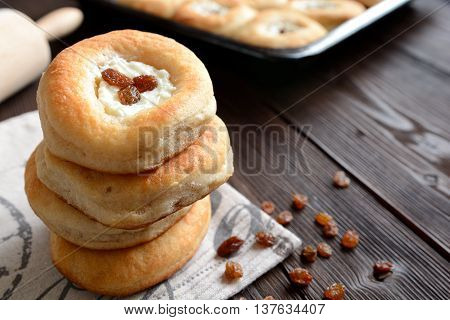 Yeast cheesecake with raisins on a wooden background