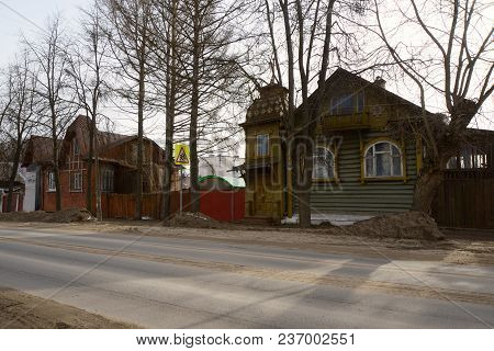 Kimry, Tver Region, Russia - April 08, 2018: Old Street In Kimry With Houses Of The Early 19th Centu