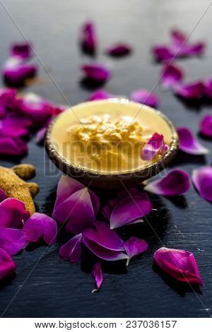 Chana,haldi,limbo & Milk  Ka Ubtan Or Ayurvedic Face Pack Of Turmeric, Lemon,gram Flour & Milk On Wo