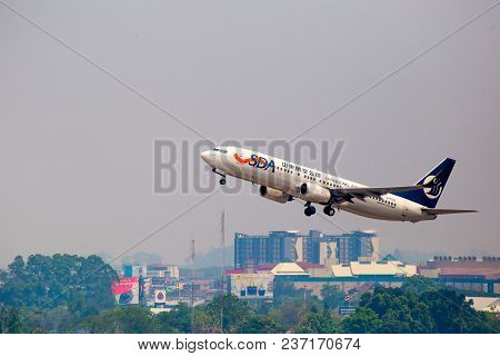 The Blue And White Boeing 737 - 800  Airplane Of Chandong Airlines Is Flying In The Hazy Sky In Chia
