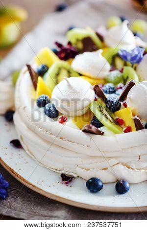 meringue with berries