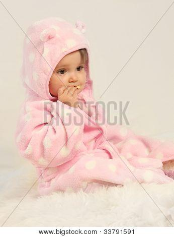 schattig klein meisje op zachte achtergrond