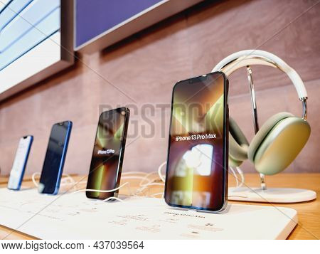 Paris, France - Sep 24, 2021: Row Of New Smartphones In Apple Store With Iphone 13, 13 Pro And An Ip