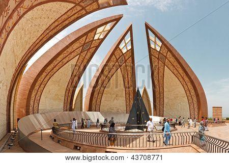 Touristen am Denkmal Pakistan, islamabad