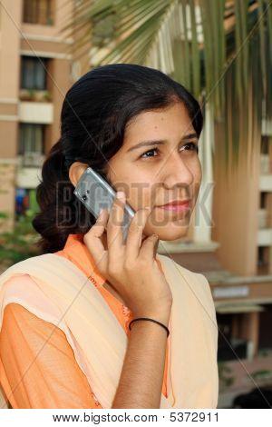 Mädchen reden an einem Telefon