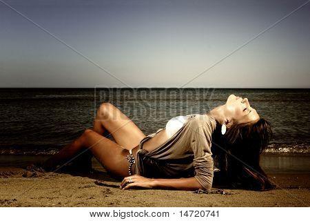 Bella giovane sexy fashion model al mare in Grecia