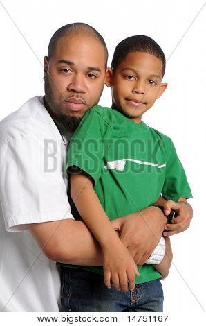 Afro-amerikai apa és fia, elszigetelt fehér háttér felett