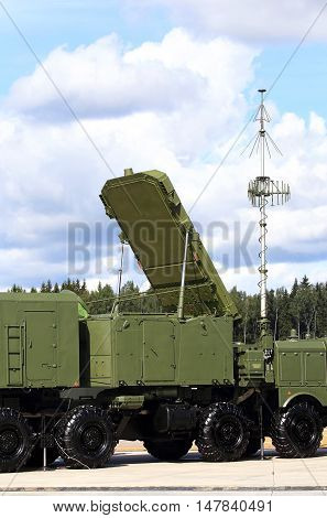 Mobile module with the all-altitude detector around antenna for air defense complex