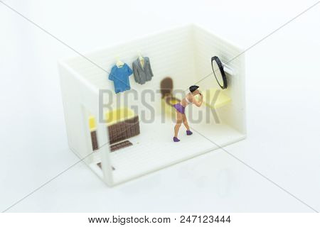 Miniature People : Women Make Up Face In The Toilet, Daily Routine, Personal Errands In The Bathroom
