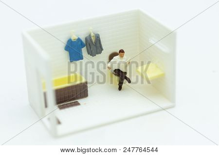 Miniature People : Businessmen Read Newspapers On The Toilet, Daily Routine, Personal Errands In The