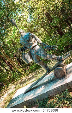 Frederik Meijer Gardens- Grand Rapids, Mi /usa - September 4th 2016: Statue Of A Man Balancing Many
