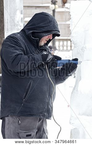 St. Paul, Mn/usa - January 25, 2020: Ice Sculptor At Multi-block Ice Carving Competition Shaping Scu