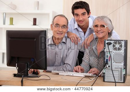 Nieto and grandparents with computer