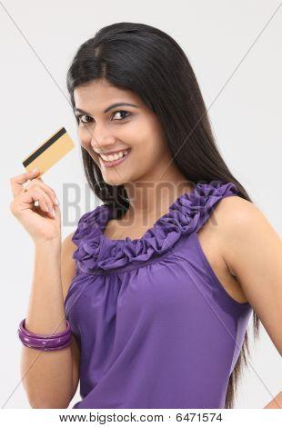 junges Mädchen mit der Kreditkarte