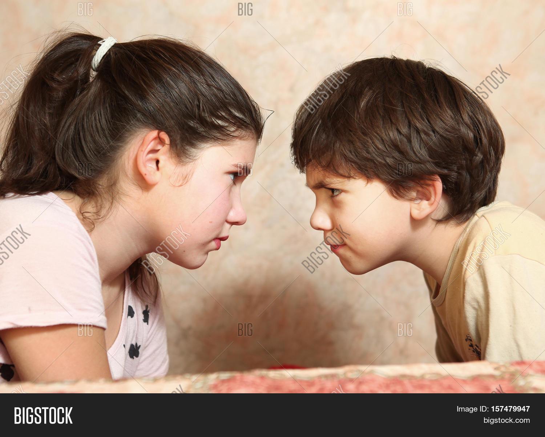 Сестра читала книгу а брат начал приставать, Сестра пристаёт к брату -видео. Смотреть Сестра 23 фотография
