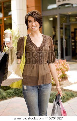 Joven, compras en un centro comercial al aire libre