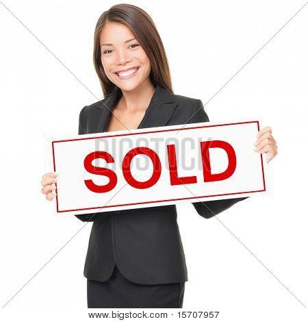 Onroerende goederenagent bedrijf verkocht teken geïsoleerd op een witte achtergrond. Mooie vrolijke Aziatische / Caucasi