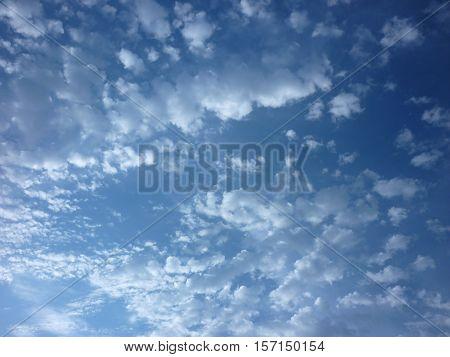 vista del cielo azul nublado en la mañana