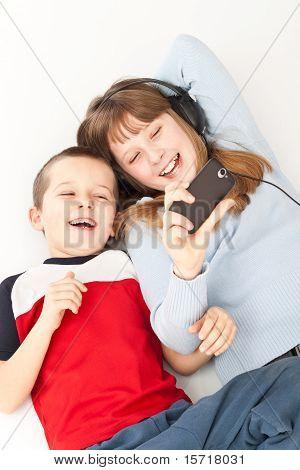 Zwei kleinen Kindern spielen