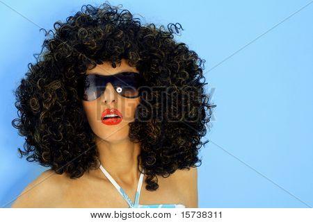 Model in een grote pruik afro