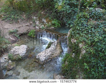 cascada de agua dulce con rocas y vegetación