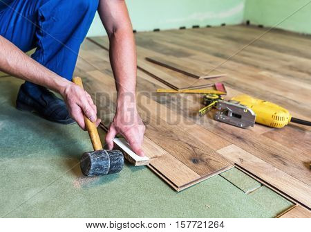 worker install the laminate floor