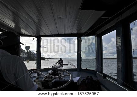 Conductor and his assistant on the vessel that transports people between the Alagoas city of Penedo and the city of Neopolis. May 07, 2009.