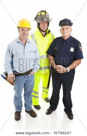 Grupo de los trabajadores de cuello azul, albañil, policía y bombero, aislado en blanco.