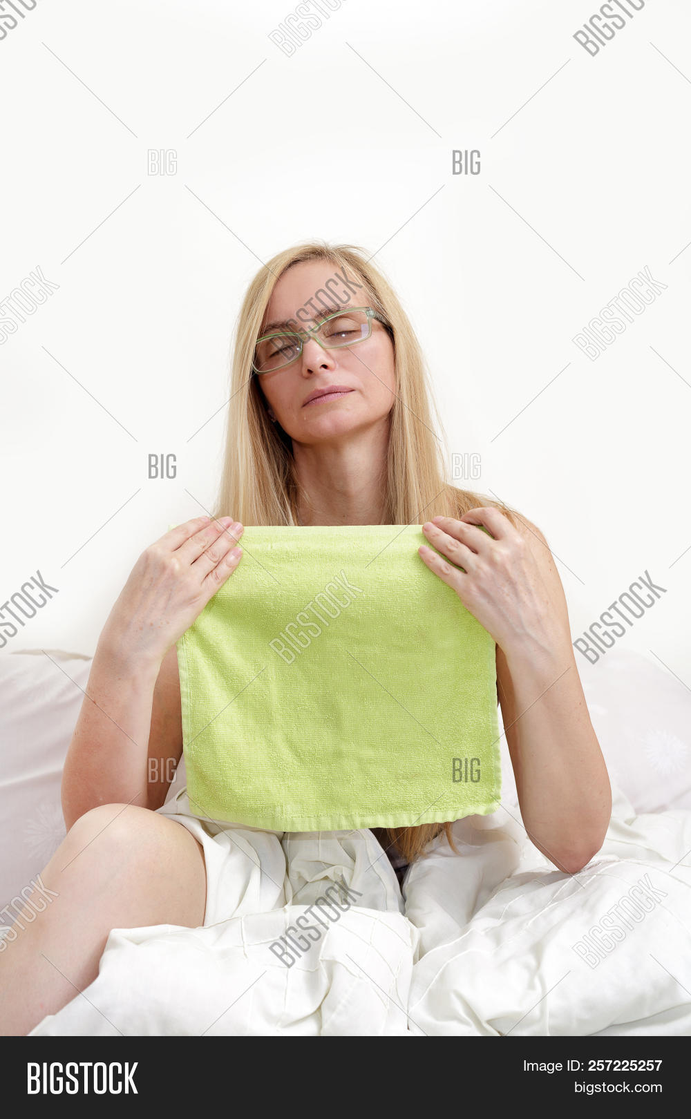 Middle Age Woman Tide Real Portrait Sweat Bed Bedroom Blonde Long Hair  Fifty Plus 50 Fever