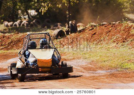 zwei Personen fahren einen Buggy auf dem Weg in den park