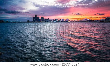 Sunset Over Detroit Michigan Skyline. Scenic Sunset Over The Downtown Waterfront Cityscape Of Detroi