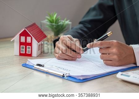 Real Estate Agents Making Buying Contracts - Renting Houses, Businessmen, Home Insurance, Real Estat