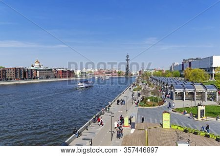 Moscow, Russia - May 1, 2019: View Along The Moskva River From The Crimean Bridge. Sunny Day In Earl