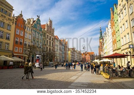 Gdansk, Poland, April 15, 2018: City Hall With Spire And Facade Of Beautiful Typical Colorful Houses