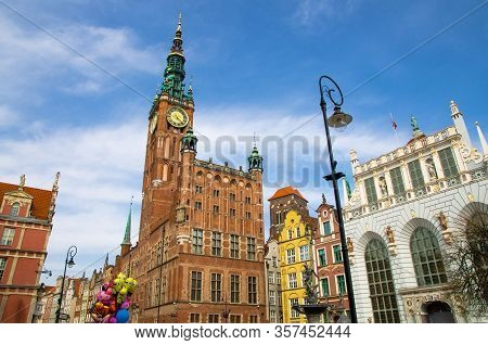 Gdansk, Poland, April 15, 2018: City Hall With Spire, Acade Of Beautiful Typical Colorful Houses Bui