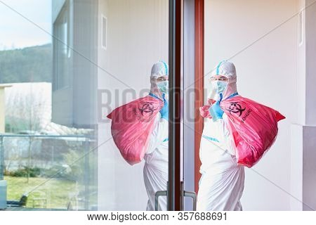 Contaminated special waste Waste disposal by cleaning staff in protective clothing in a clinic with Covid-19 patients