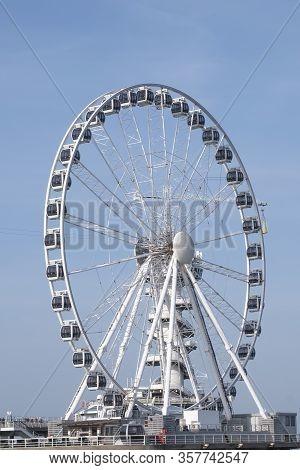 The Hague, Februari 18 2019: Scheveningen, The Hague, The Netherlands. Ferris Wheel And A Bungy Towe