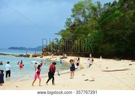 Sabah, My - June 20: Sapi Island Shore On June 20, 2016 In Sabah, Malaysia. Sapi Island Is A Hideawa