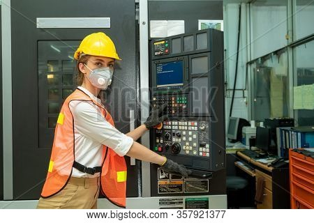 Female Mechanic Wearing  Protective Mask To Protect Against Covid-19,female Technician Worker Workin