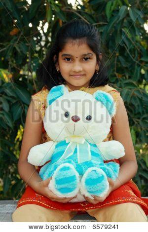 Süße Mädchen und ihr schöne Teddy-Bär