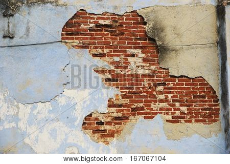 A wall destroyed by the passage of time.